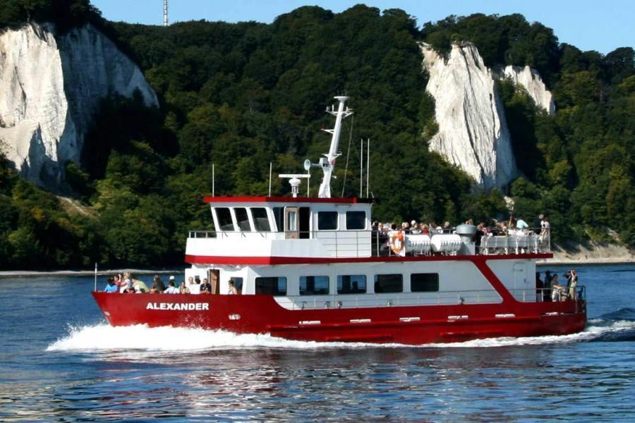 MS Alexander fährt vor Rügens Kreideküste auf der Ostsee zum überregional bekannten Königsstuhl