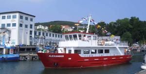 Schiff MS Alexander im Stadthafen von Sassnitz auf Rügen an der Ostseeküste