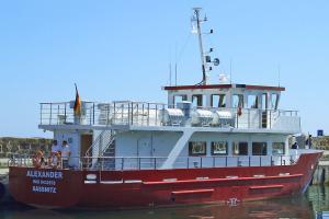 Schiff MS Alexander am Hafensteg von Sassnitz auf Rügen an der Ostseeküste