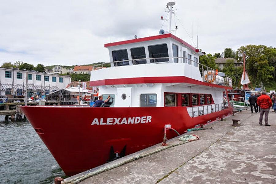 Schiff MS Alexander an der Anlegestelle im Stadthafen von Sassnitz auf Rügen an der Ostseeküste