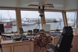 Schiffsbrücke der MS Alexander mit den Blick auf die Ostsee und den Hafen von Sassnitz auf Rügen
