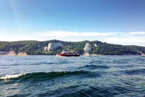 Ganzjährige Schiffstouren der MS Alexander von Sassnitz zum berühmten Königsstuhl und der imposanten Kreideküste vor der Insel Rügen