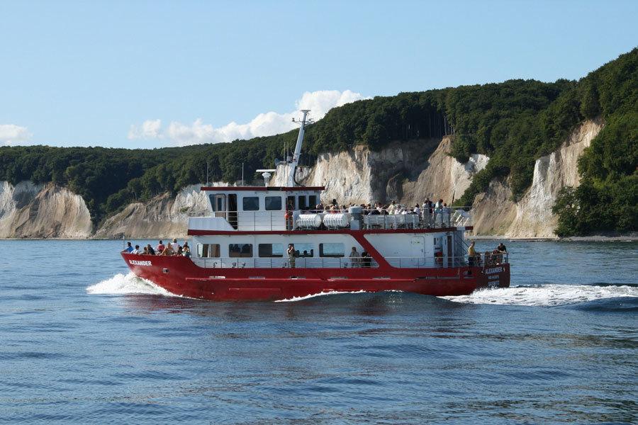 Ganzjährige Charterfahrten und Bootsausflüge mit der MS Alexander vor dem Königsstuhl und der Kreideküste auf Rügen