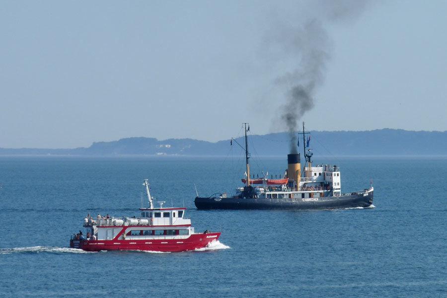 Ausflugsfahrt der MS Alexander auf der Ostsee vor Rügen mit Blick auf die Kreideküste und die Bucht zwischen dem Ostseebad Binz und Prora