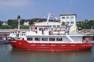 Schiff MS Alexander fährt im Stadthafen von Sassnitz auf der Insel Rügen an der Ostsee