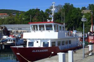 Schiff MS Alexander im Pier des Stadthafens von Sassnitz auf der Insel Rügen an der Ostsee